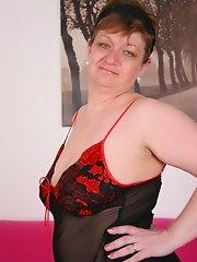Horny big bottom mama playing with herself