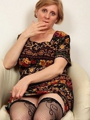 This horny mature slut loves to kiss and tell