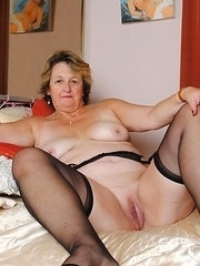 Big mama playing with her wet pussy