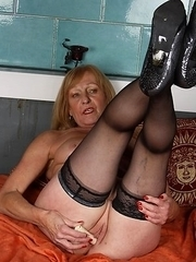 Blonde mature slut getting wet and wild