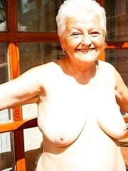 giving my mature pussy a nice tan