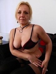 This mature slut loves to play with her pussy